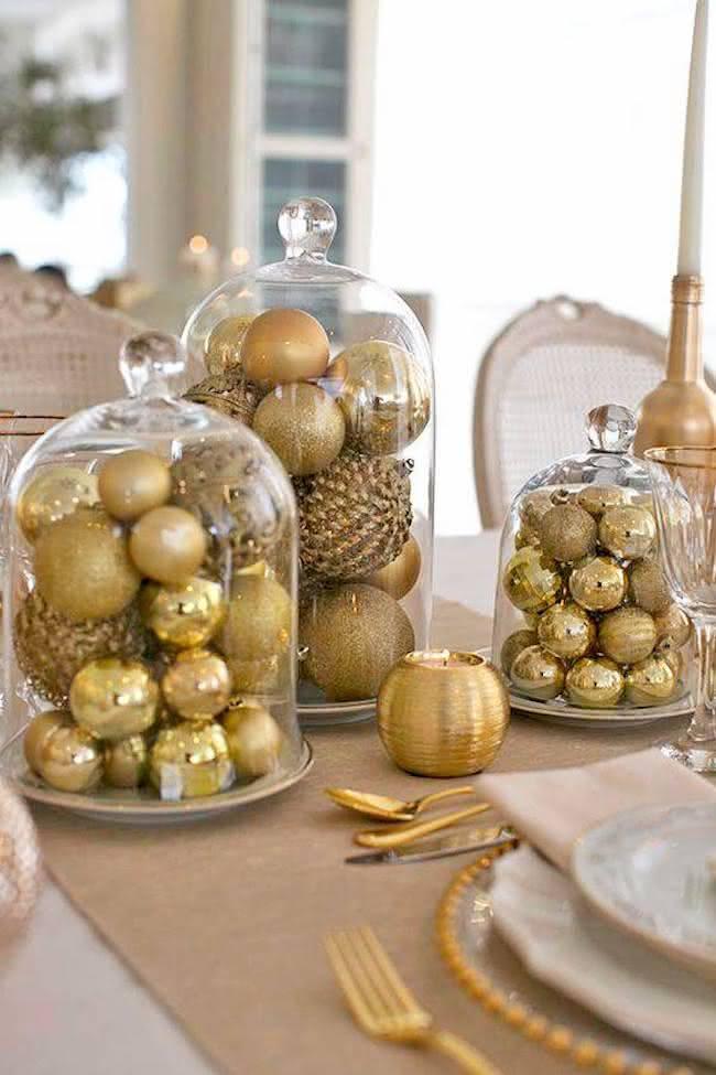 Bolas douradas dentro de recipientes de vidro