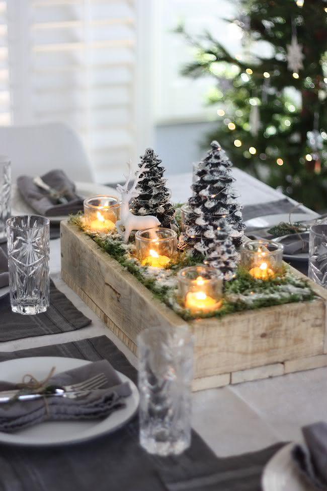 Centro de mesa de natal numa caixa de madeira