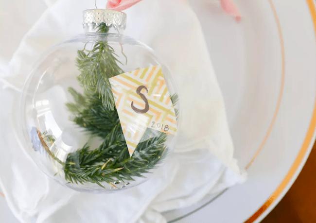 Bola de natal transparente com ramos dentro