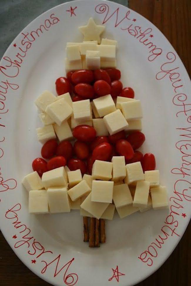 Árvore de natal feita com queijos e tomatinhos