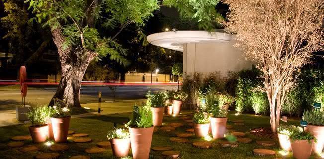 Iluminao de jardim externo veja 7 dicas para planejar