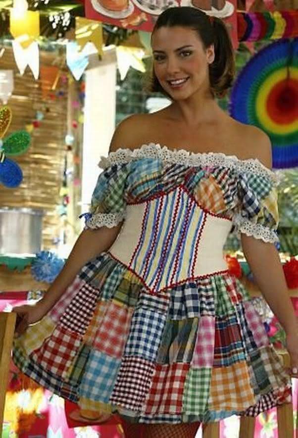 Vestidos caipiras para usar na Festa Junina com mistura de estampas