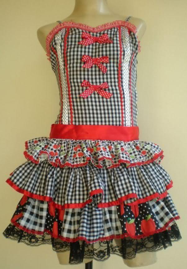 Vestido caipira com mistura de estampas.