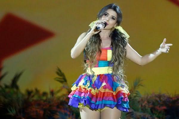 Paula Fernandes e seu vestido junino curto e colorido