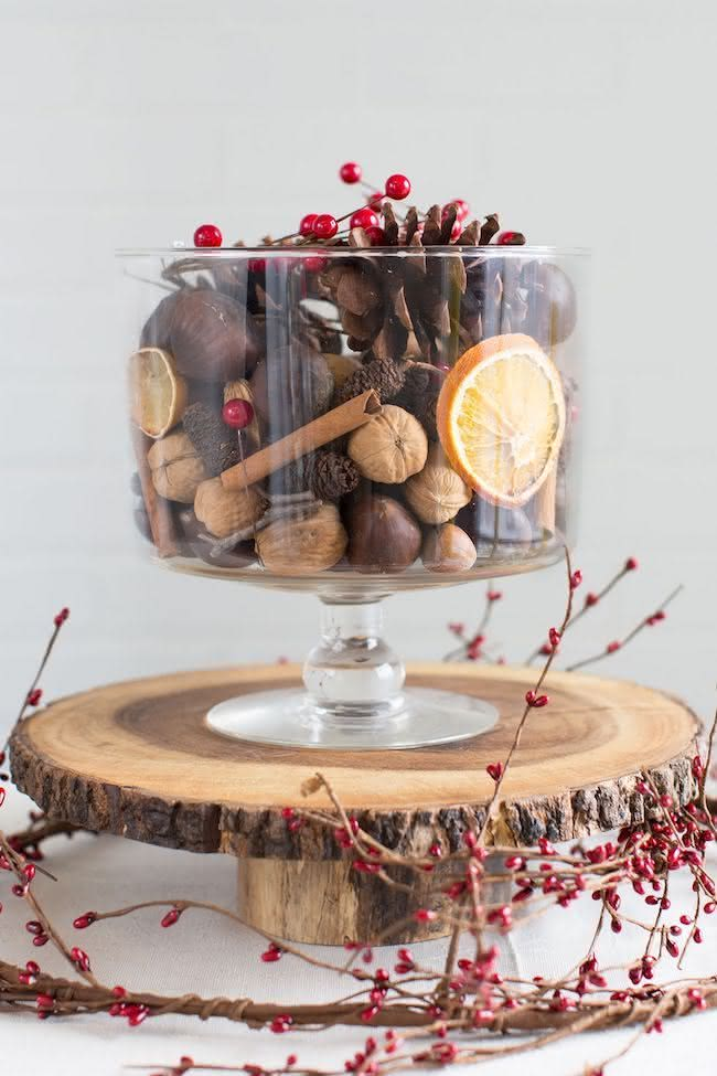 Nozes, canela e frutas secas na mesa de natal