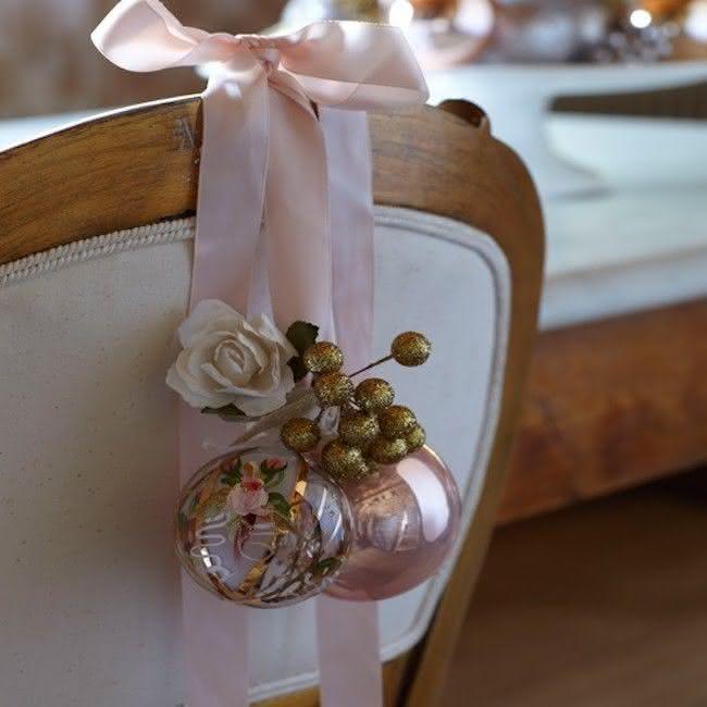 Cadeira decorada com bolas
