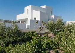 summer-house-in-santorini_kapsimalis-architects_dezeen_1568_0-936x669