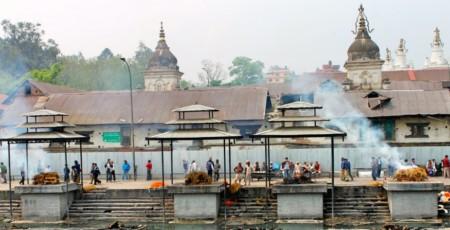 Ritual de cremação hindu em Pashupatinath, no Nepal