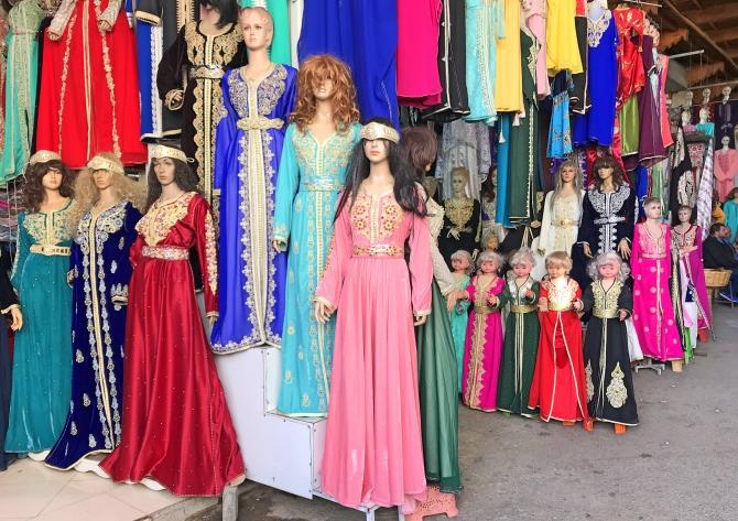 Loja de roupas na Medina de Fez, no Marrocos
