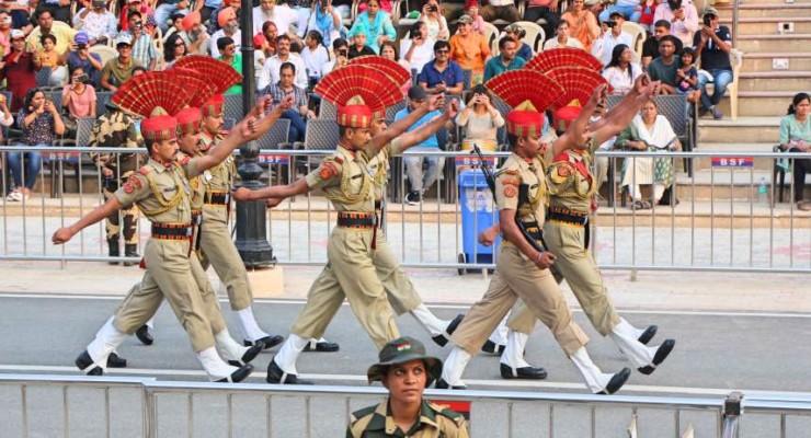 Cerimônia na fronteira entre a Índia e o Paquistão
