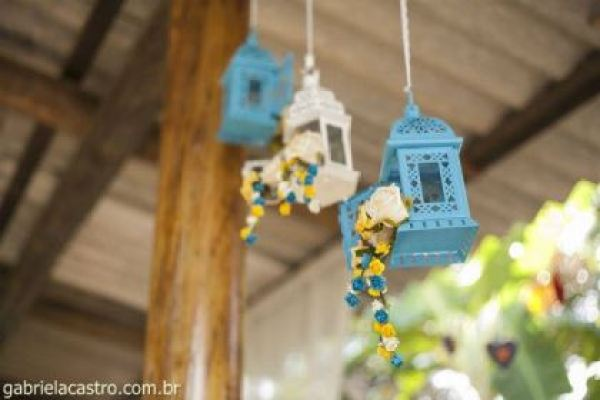 casamento-economico-de-dia-ao-ar-livre-chacara-noiva-com-coroa-de-flores-decoracao-faca-voce-mesmo-azul-e-amarelo- (17)