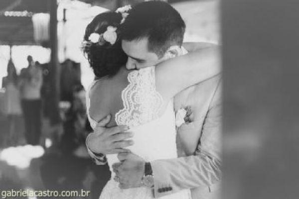 casamento-economico-de-dia-ao-ar-livre-chacara-noiva-com-coroa-de-flores-decoracao-faca-voce-mesmo-azul-e-amarelo- (34)