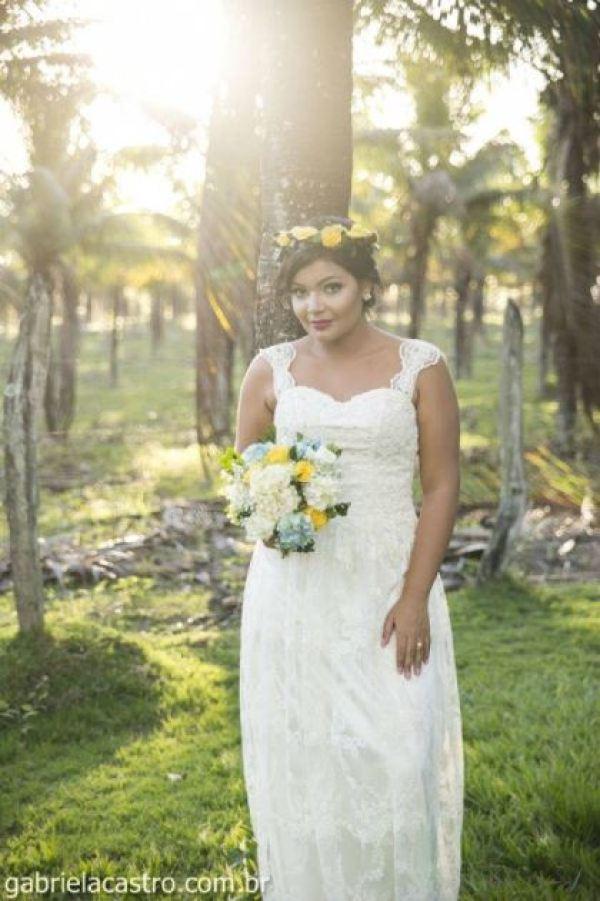 casamento-economico-de-dia-ao-ar-livre-chacara-noiva-com-coroa-de-flores-decoracao-faca-voce-mesmo-azul-e-amarelo- (38)