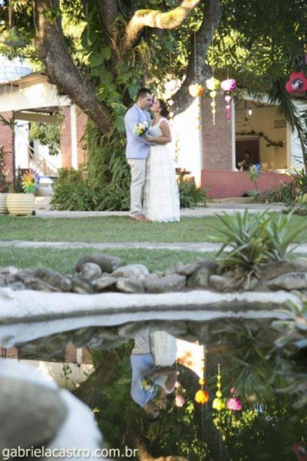 casamento-economico-de-dia-ao-ar-livre-chacara-noiva-com-coroa-de-flores-decoracao-faca-voce-mesmo-azul-e-amarelo- (39)