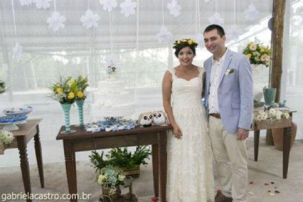 casamento-economico-de-dia-ao-ar-livre-chacara-noiva-com-coroa-de-flores-decoracao-faca-voce-mesmo-azul-e-amarelo- (41)