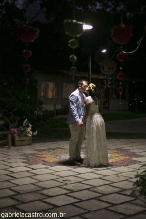 casamento-economico-de-dia-ao-ar-livre-chacara-noiva-com-coroa-de-flores-decoracao-faca-voce-mesmo-azul-e-amarelo- (44)