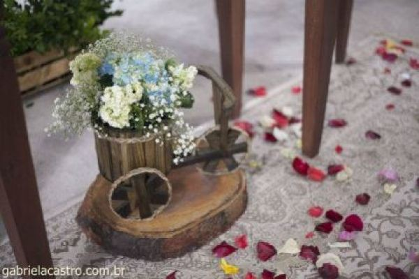 casamento-economico-de-dia-ao-ar-livre-chacara-noiva-com-coroa-de-flores-decoracao-faca-voce-mesmo-azul-e-amarelo- (7)