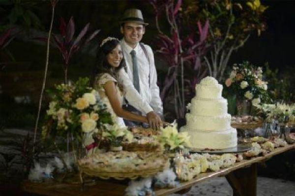 casamento-economico-rustico-vintage-retro-ao-ar-livre-Paraiba-varal-de-lampadas (3)