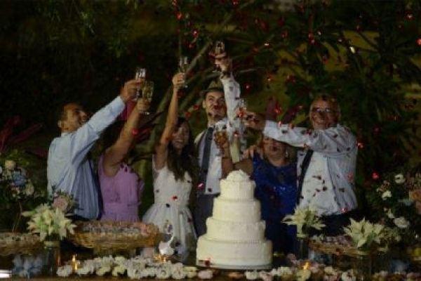 casamento-economico-rustico-vintage-retro-ao-ar-livre-Paraiba-varal-de-lampadas (4)