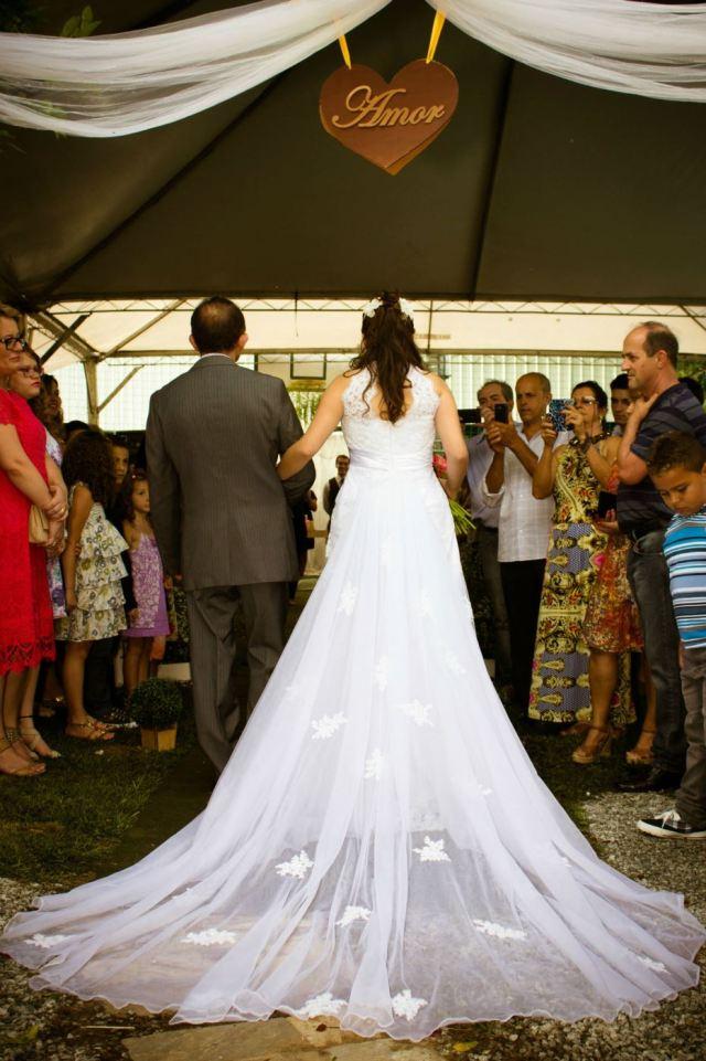 Pai levando a noiva até o noivo