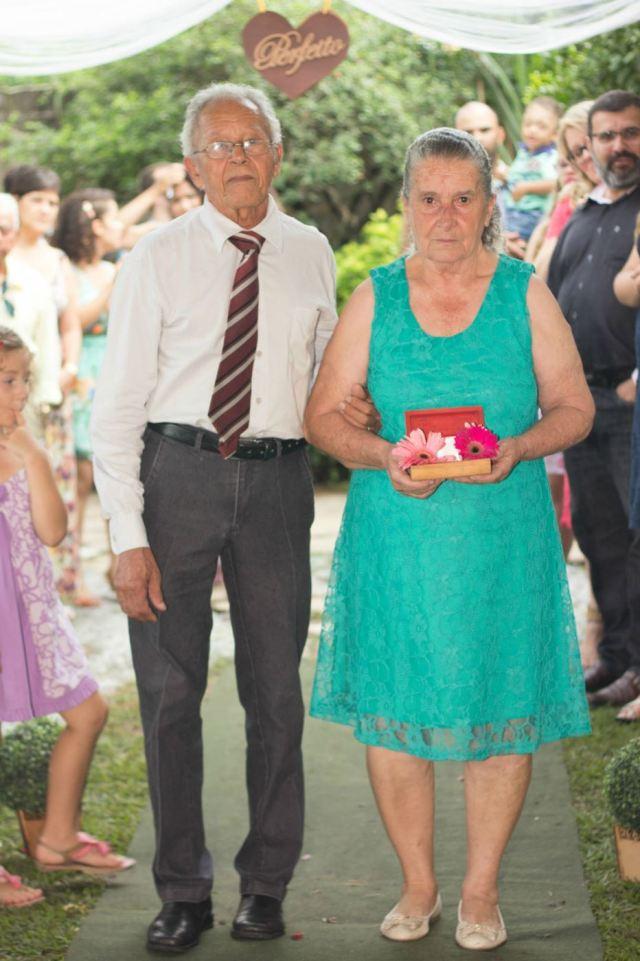 Avós entrando com as alianças