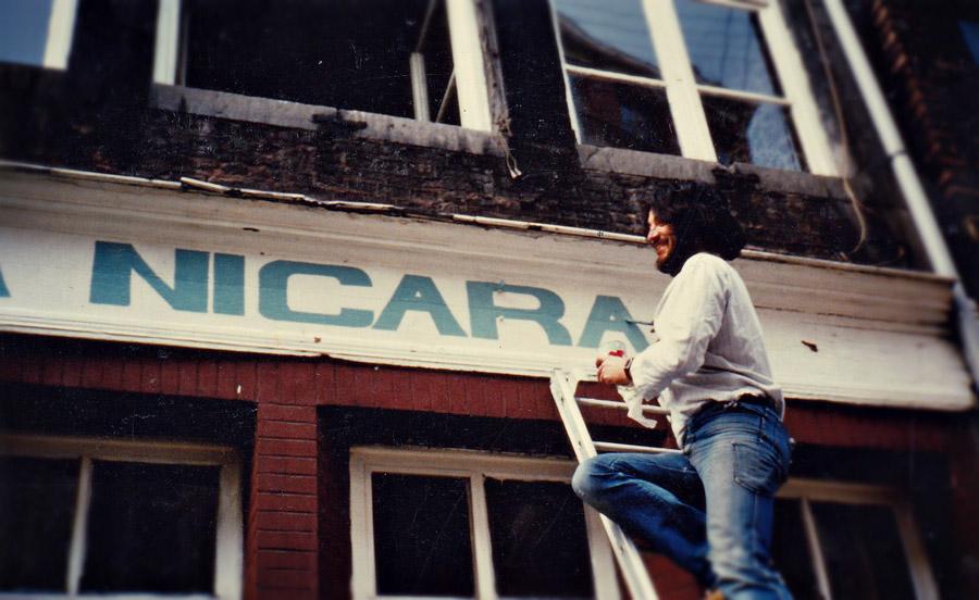 """1985 - Daniel peint le nom de la Casa qui deviens alors """"Casa Nicaragua"""""""