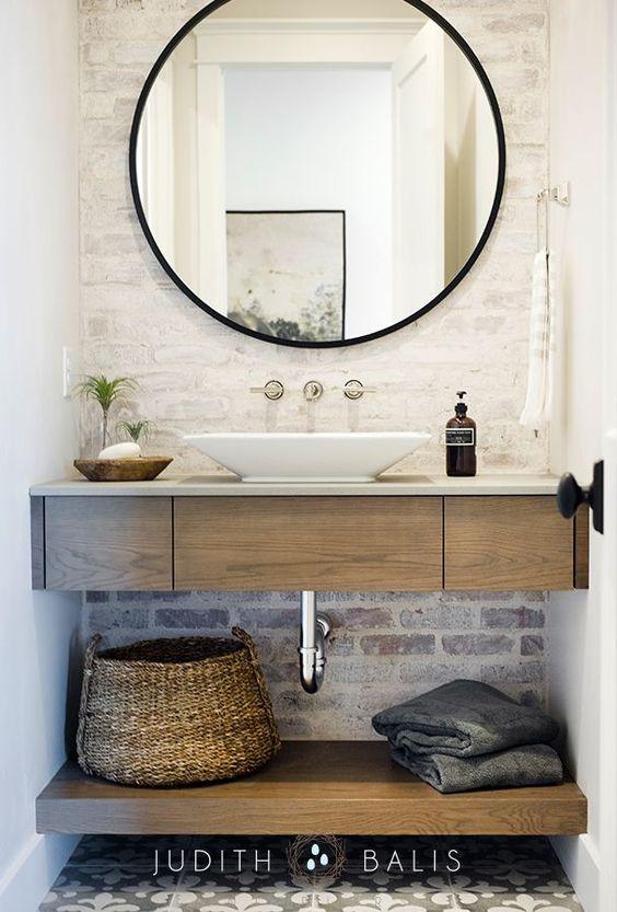 baño pequeño con pared de ladrillo visto