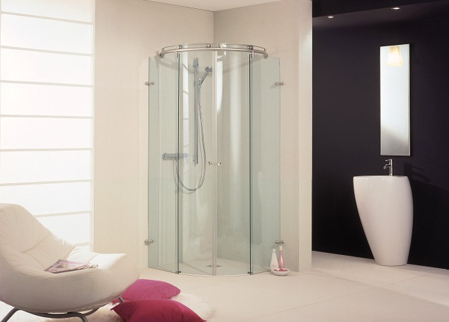 Mamparas curvas de vidrio para interiores modernos for Banos interiores