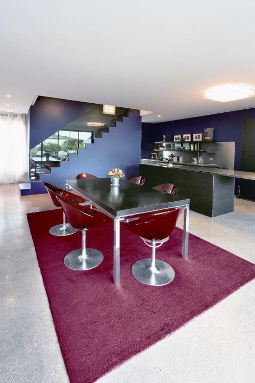 Casa de estilo minimalista en par s for Casa minimalista rojo