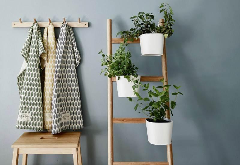 escaleras decoradas con plantas