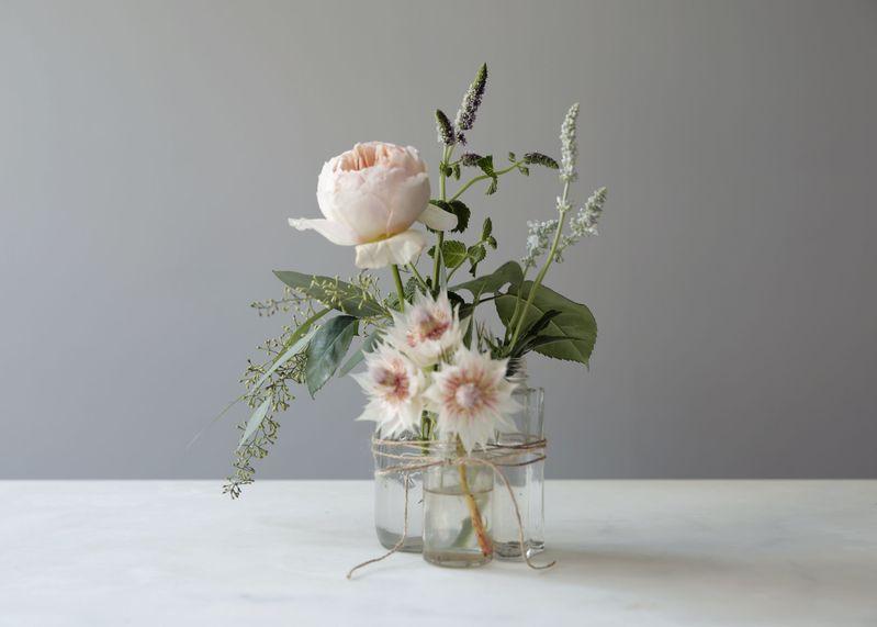 simples frascos para contener flores frescas