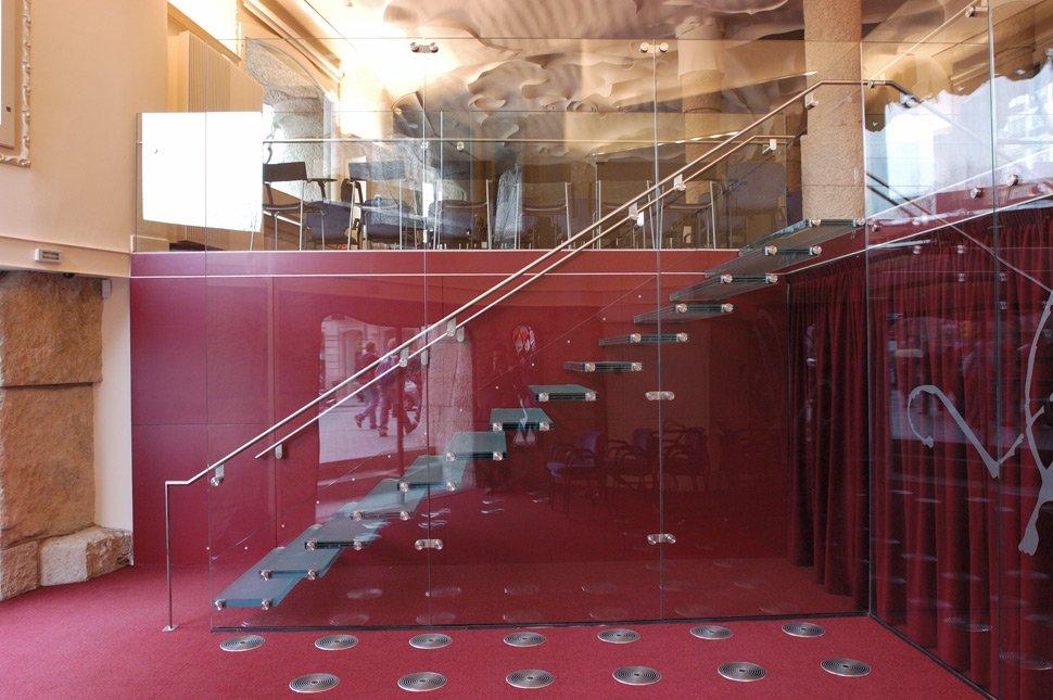 Ampliar visualmente los espacios con suelos de cristal - Barandilla cristal escalera ...