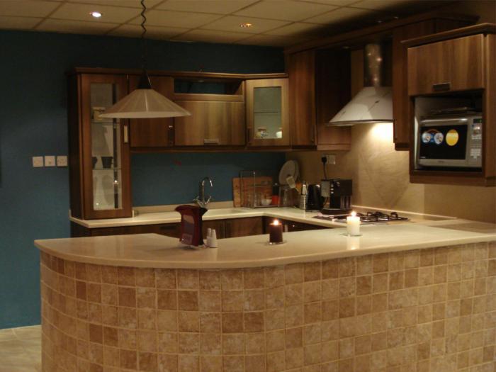 C mo aprovechar una isla o barra de cocina for Cocina con barra de retorno