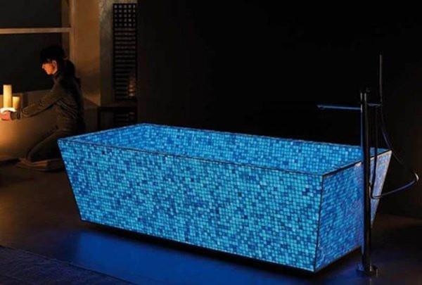 Bañera de mosaicos luminiscentes en la oscuridad
