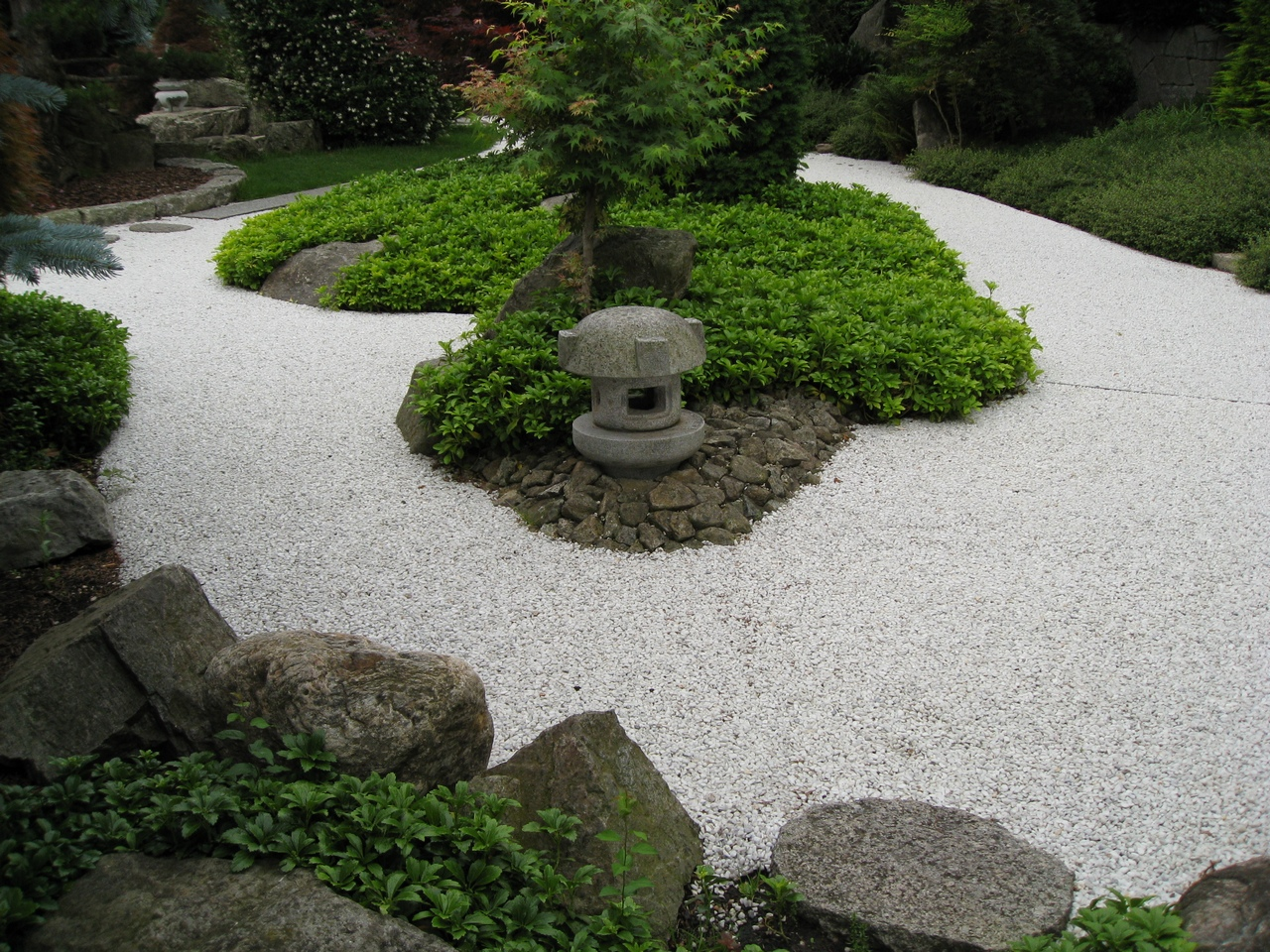 Senderos y caminos de piedras en el jard n for Piedras blancas para decoracion