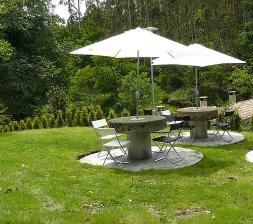 jardín con grupo de sombrillas