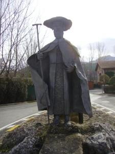 casa rural ecológica Kaaño etxea-escultura peregrino forjas brun