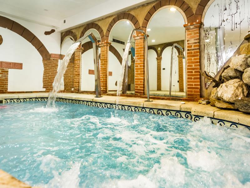 Casa rural spa la chirumba casas rurales piscina for Casa rural piscina climatizada interior