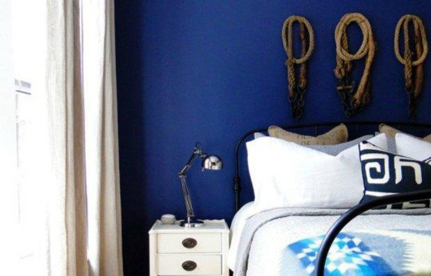 Υιοθετήστε ναυτική διακόσμηση στο σπίτι σας βάζοντας στον τοίχο μερικά σχοινιά και σεντόνια και μαξιλαροθήκες με ρίγες και ναυτικά σχέδια.