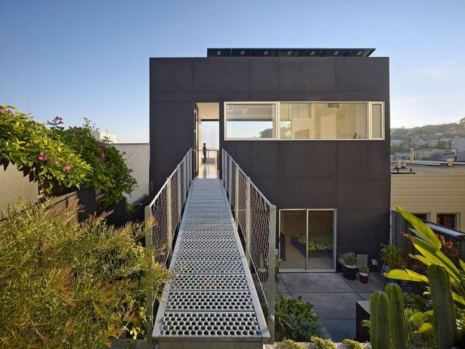 Steel-walkway-connects-the-penthouse-level-with-the-steep-and-hilly-rear-yard (1)