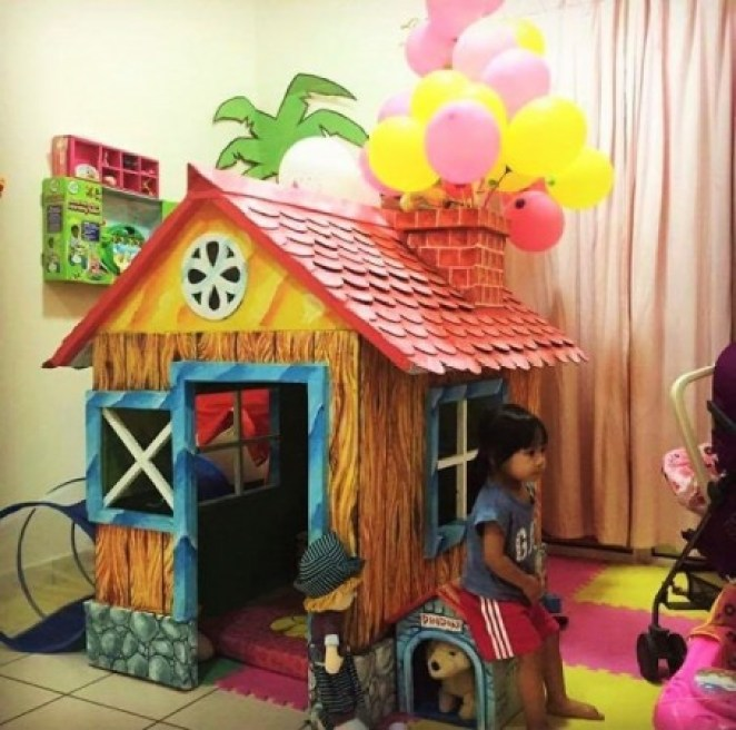 grandfather-builds-cardboard-playhouse-for-his-littler-grandaughter-13__700-454x450