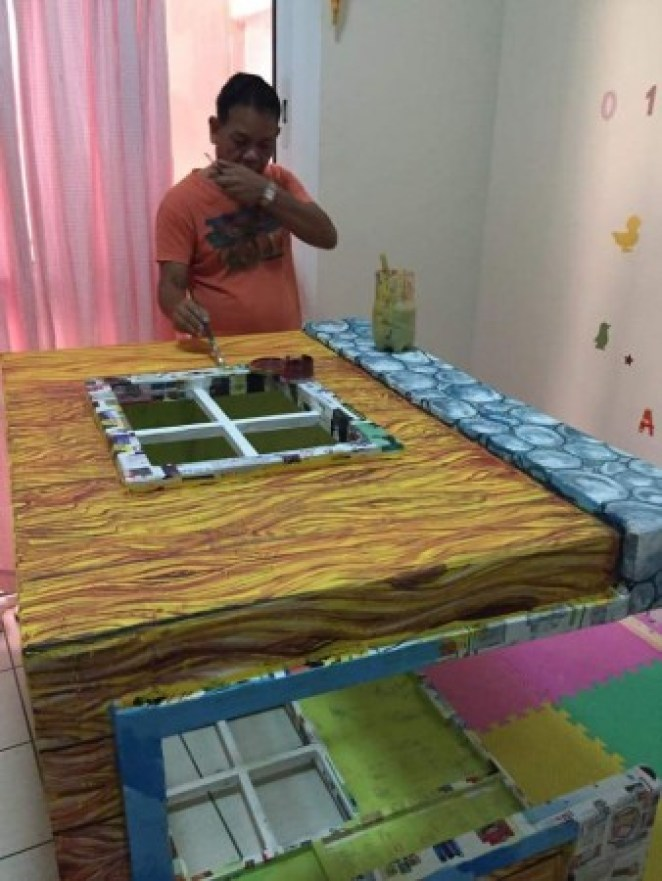 grandfather-builds-cardboard-playhouse-for-his-littler-grandaughter-5__700-338x450