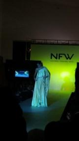 Vista frontal de vestido fluido de estilo griego, con una sola manga. ALICIA ARZA.