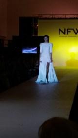 Vista delantera de vestido con escote pronunciado en la espalda, manga francesa, detalles en hombros y caderas y falda con aberturas. ALICIA ARZA.