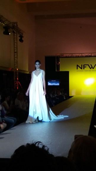 Vista delantera de vestido con espalda con transparencias, escote en V y corte imperio. ALICIA ARZA.