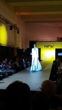 Vista frontal de vestido estilo abrigo, con manga larga, abertura y detalle de falda interior de encaje. ALICIA ARZA.