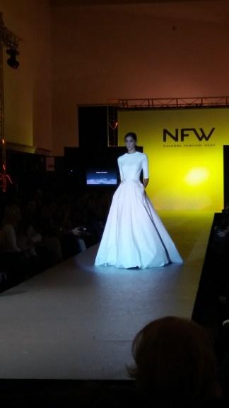 Vista delantera de vestido de manga francesa con entallado y detalle a la cintura. ALICIA ARZA.