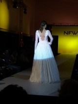 Vista trasera de vestido de espalda abierta, corte A y tela con bordados. ALICIA ARZA.