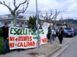 """Después de la concentración ante el IES, nos dirijimos al CEIP """"Joaquín Costa"""" llevando nuestra protesta por la calles de Graus y recogiendo a los rezagados."""