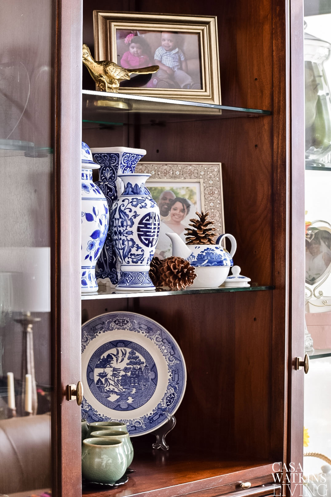 Decorating shelf with chinoiserie for Christmas